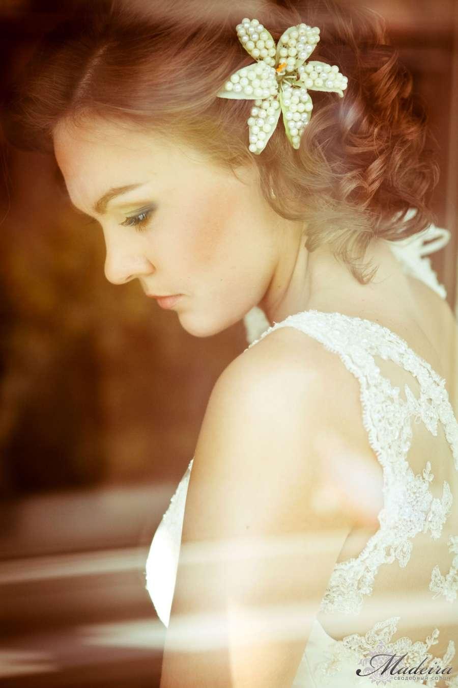 Свадебная прическа на круглое лицо средние волосы фото