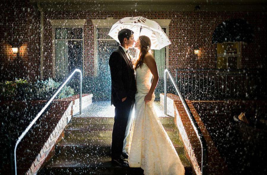 Обещают дождь на свадьбу; используй аксессуары