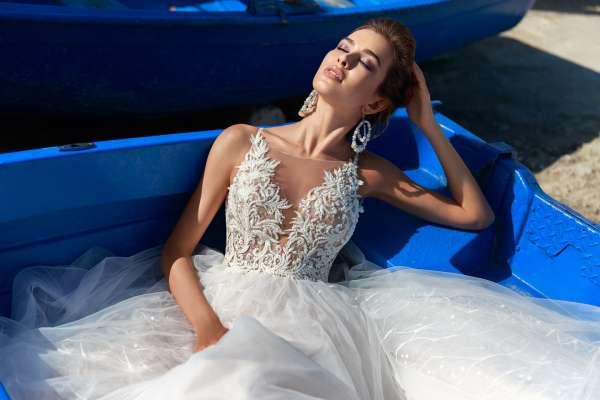 Цветы на свадебном платье: красота и великолепие